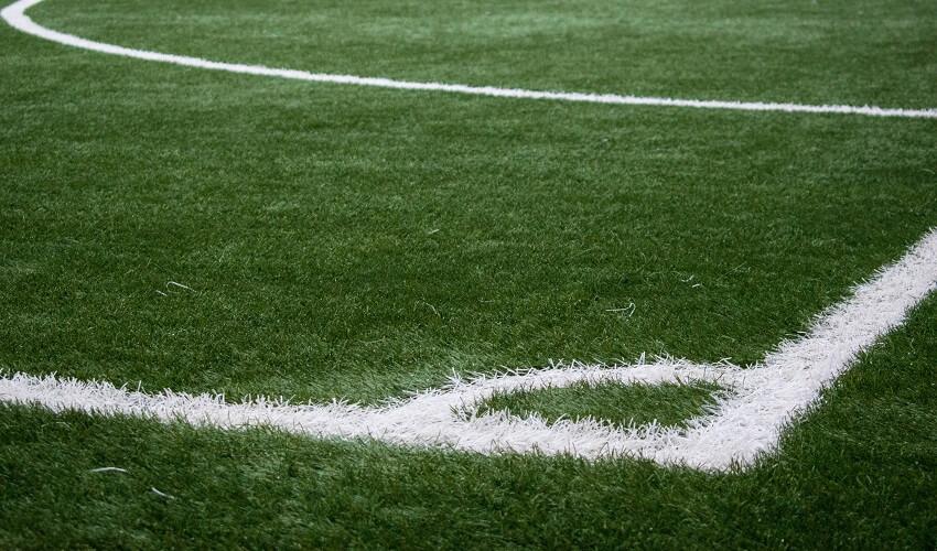 Rożny na boisku piłki nożnej