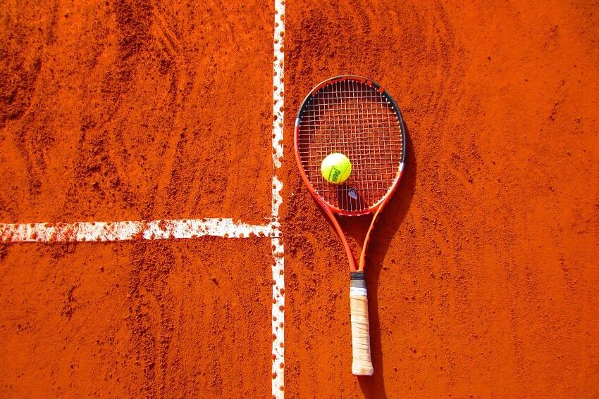 Zakłady na tenisa, rakieta, piłka i kort